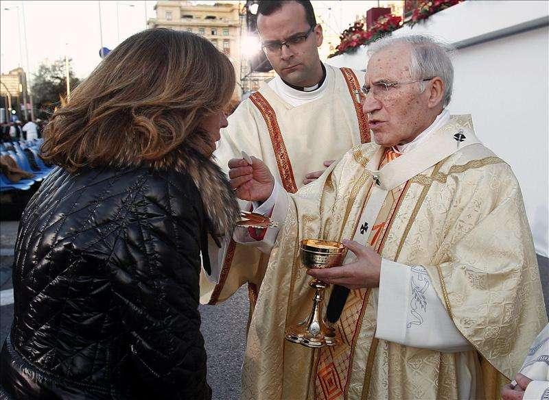 Ana Botella, en el momento de recibir la Comunión de manos de Rouco Varela en la Misa de las Familias. (Archivo/EFE)